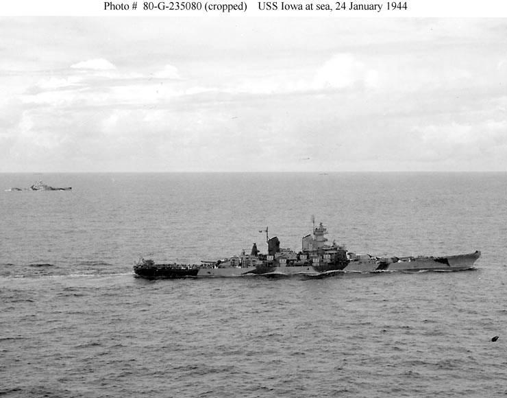 016151a - le USS IWOA en route pour le raid des îles Marshalls, le 24 janvier 1944. Le USS Indiana (BB-58) est visible au fond