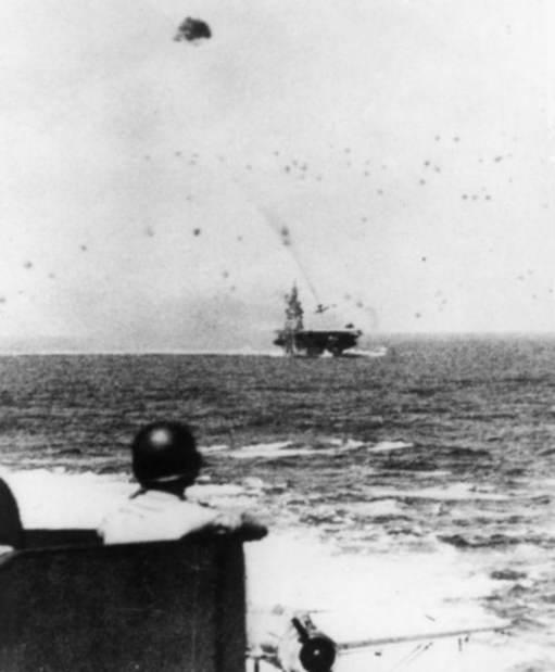 USS Intrepid CV 11 kamikaze strike - Un marin affecté à la défense anti-aérienne de l'USS New Jersey regarde, impuissant, un kamikaze Japonais s'écrasant sur le USS Intrepid (CV-11)