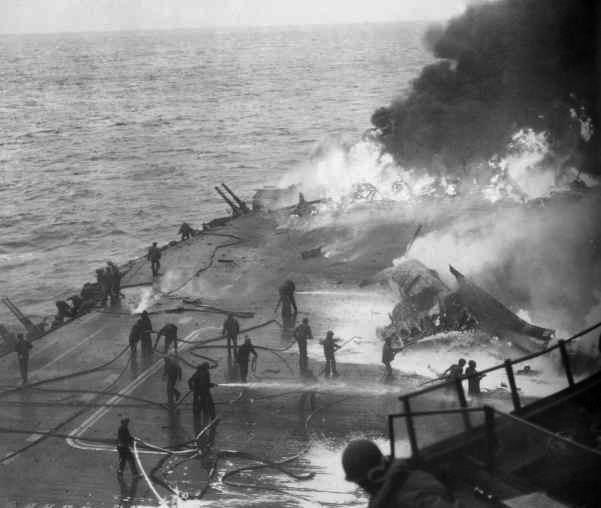 USS Saratoga Kamikaze hit 21 February 1945 - Le USS Saratoga en feu, après 5 attaques kamikaze peu après 17H, le 21 février 1945. Une nouvelle bombe touchera le navire vers 19H. 123 hommes seront tués ou disparus lors de l'attaque. Le feu sera tout de même maitrisé et le navire pourra être réparé.
