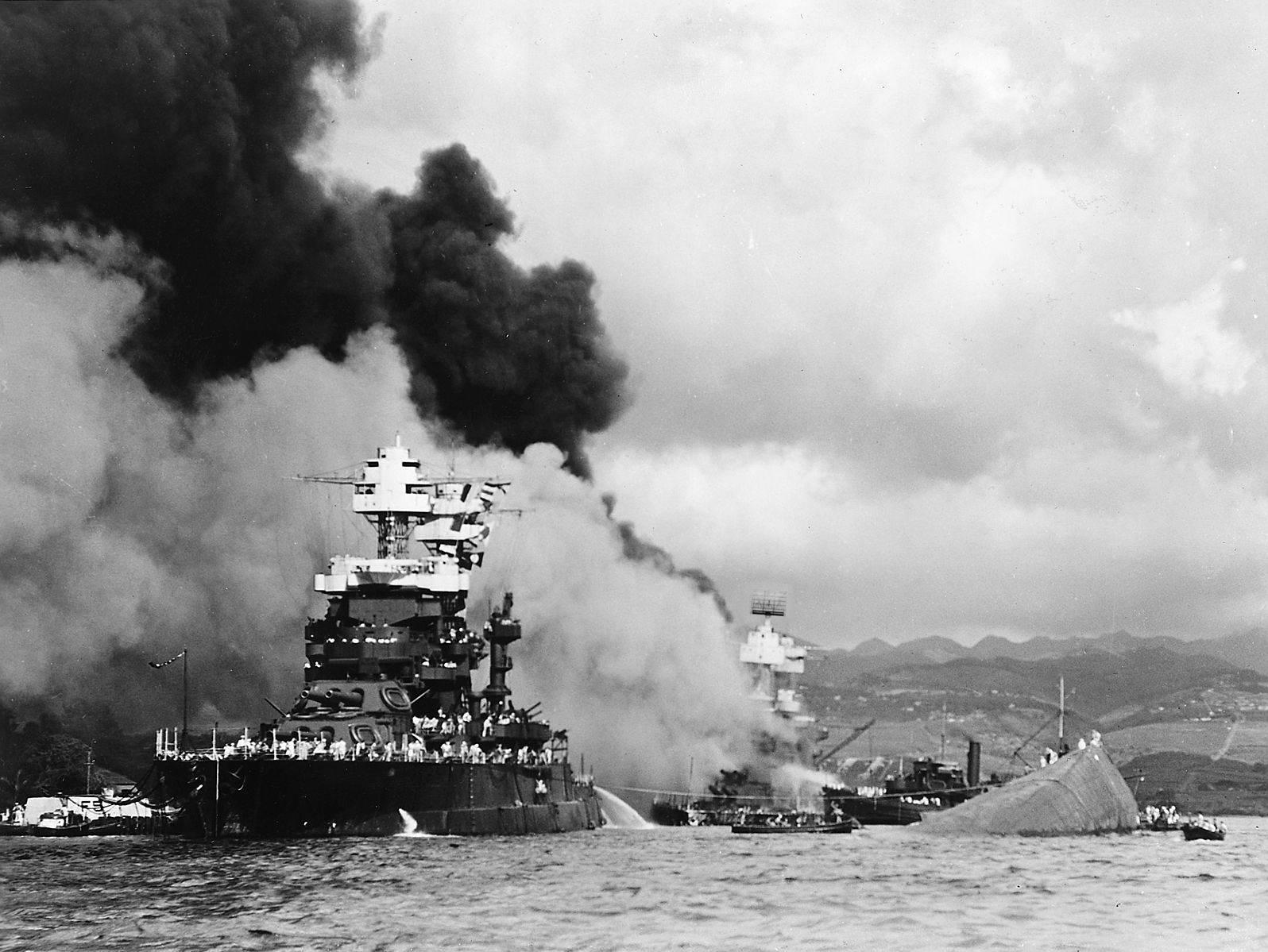USSMarylandPearlHarbor - Le USS Maryland à côté de l'USS Oklahoma coulé. Au fond, l'USS West-Virginia est en feu, le 7 décembre 1941 à Pearl Harbor
