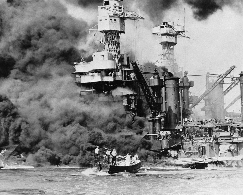 USS West Virginia2 - Un bateau de secours s'approche de l'USS West Virginia après l'attaque de Pearl Harbor