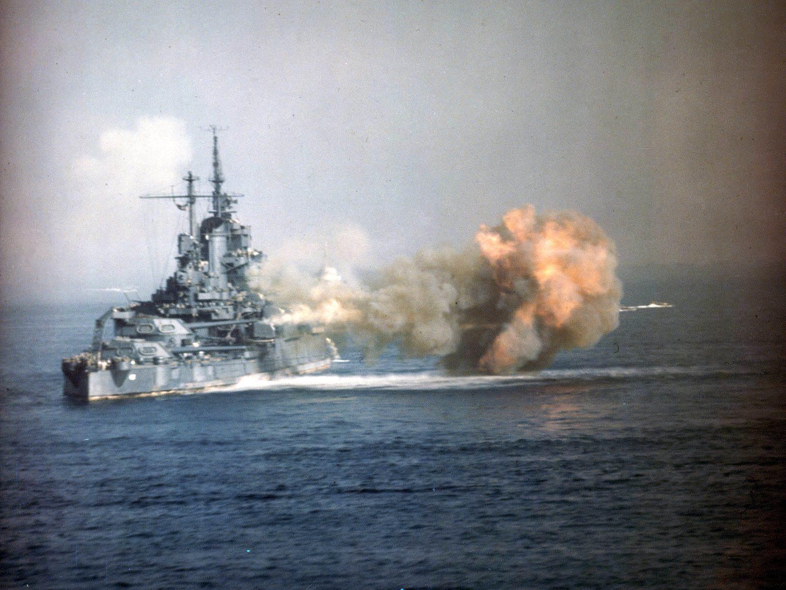 Uss idaho bb 42 - Le USS Idaho bombarde Okinawa, le 1er avril 1945