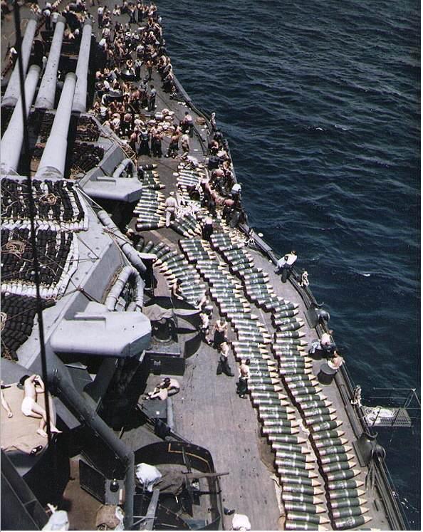 bdd8cd60ed9d28e5258c4cbec1a4558e - Chargement de munitions sur le USS New Mexico en juillet 1944