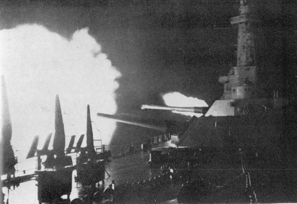 NavalGuadalcanalWashington - Les 14 et 15 novembre 1942, le USS Washington fait feu lors de la bataille de Guadalcanal. Il tire sur le navire Japonais Kirishima