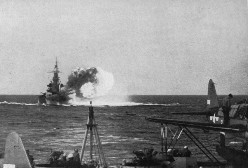 Ncbattery2 - le BB55 North Carolina bombarde Nauru, le 8 décembre 1943