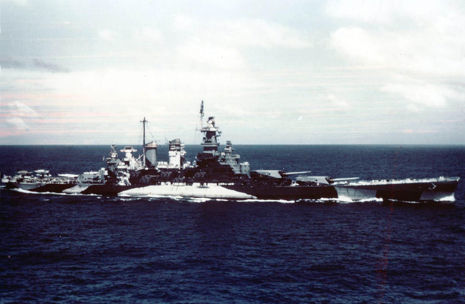 USS North Carolina (BB 55) underway in the Gilbert islands, November 1943 - Le BB55 North Carolina lors de l'opération aux Gilberts en 1943, avec son camouflage