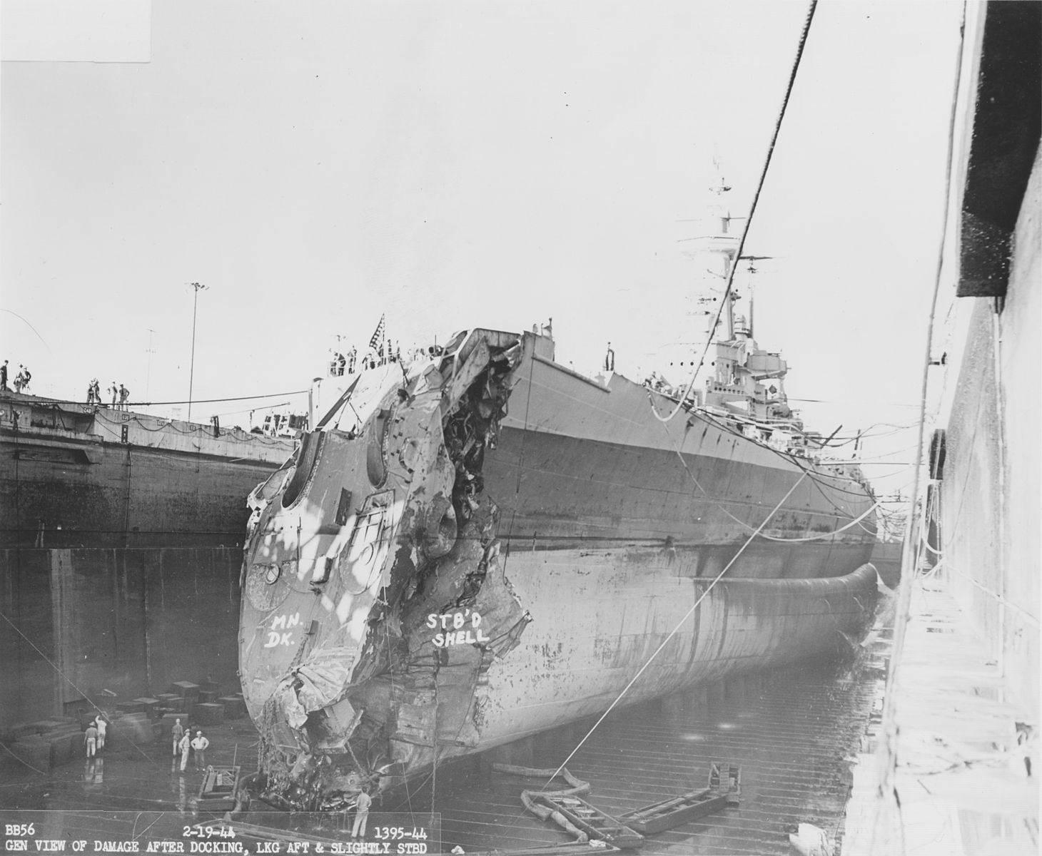 USS Washington damage after collision NARA BS 109965 - Photo prise le 19 février 1944 montrant l'USS Washington en cale sèche après avoir percuté le USS Indiana en entrant dans le port de Pearl