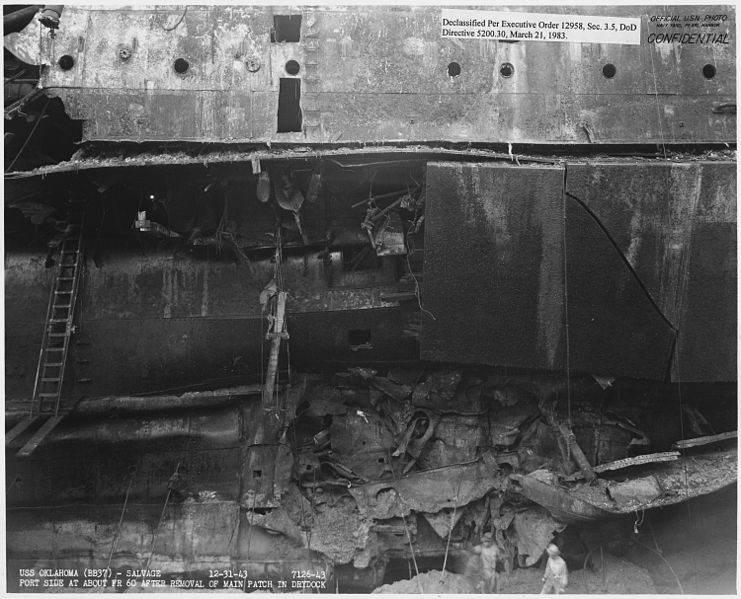 741px USS Oklahoma Salvage, 12 31 43, 7126 43, Port side at about fr 60 after removal of main patch in drydock   NARA   296956 - Les dégâts de la torpille ayant touché le USS Oklahoma. Photo prise après son renflouement, le 31 décembre 1943