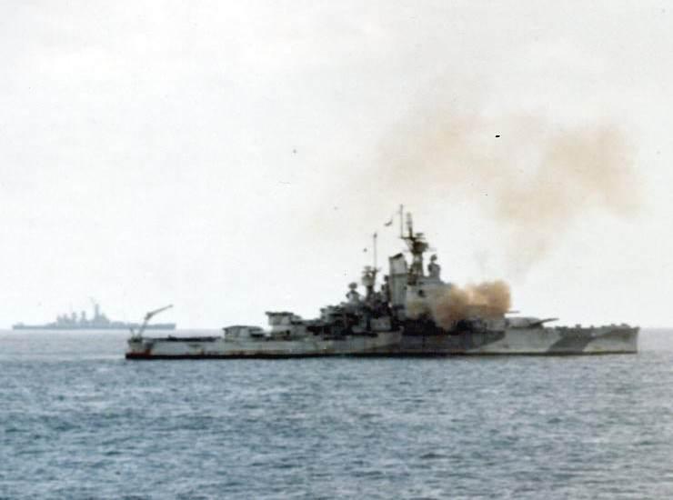 USS Nevada bombarding Iwo Jima - Le 19 février 1945, le USS Nevada fait feu sur Iwo Jima