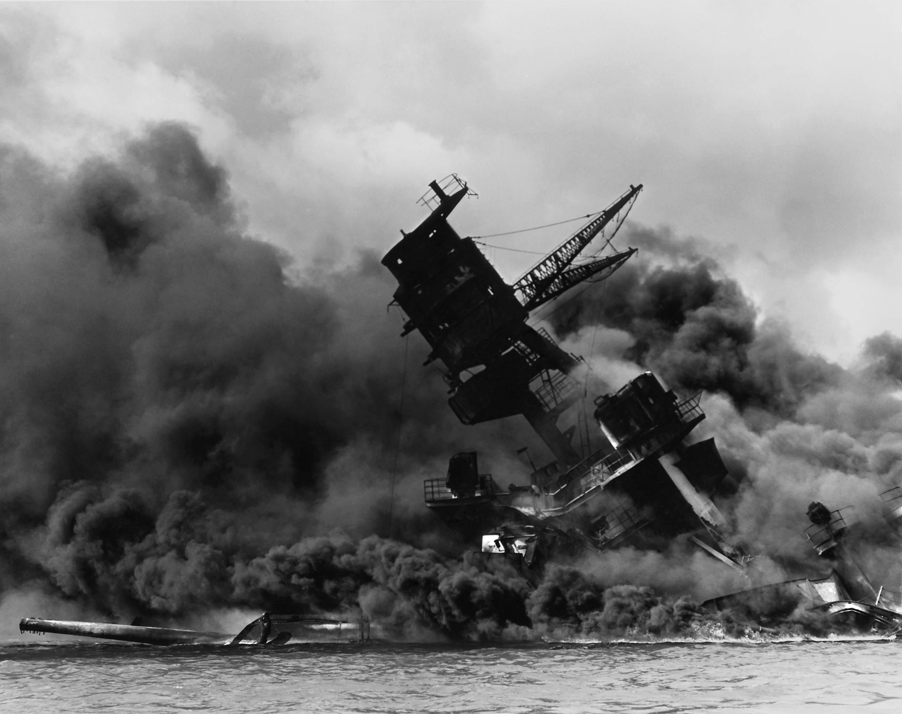 The USS Arizona (BB 39) burning after the Japanese attack on Pearl Harbor   NARA 195617   Edit - Le USS Arizona s'effondre lors de l'attaque de Pearl Harbor