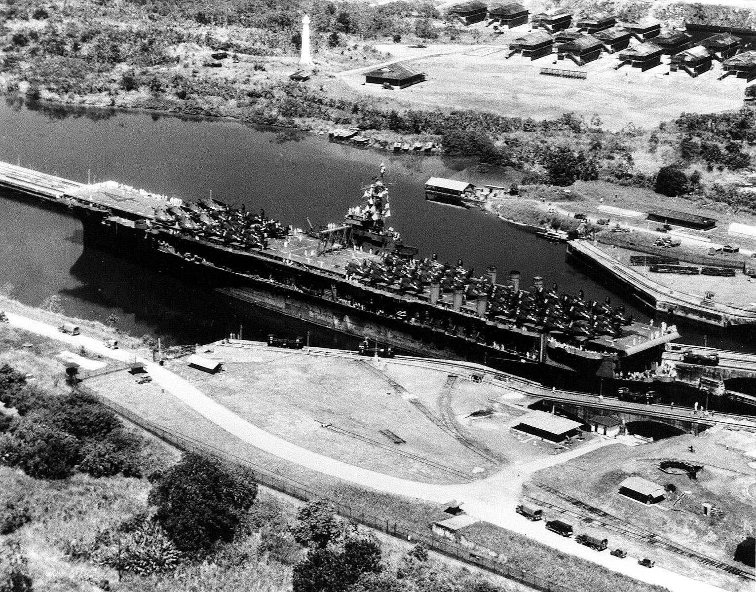 USS Ranger (CV 4) in Panama Canal 1945.jpeg - Le 12 octobre 1945, le USS Ranger passe le canal de Panama