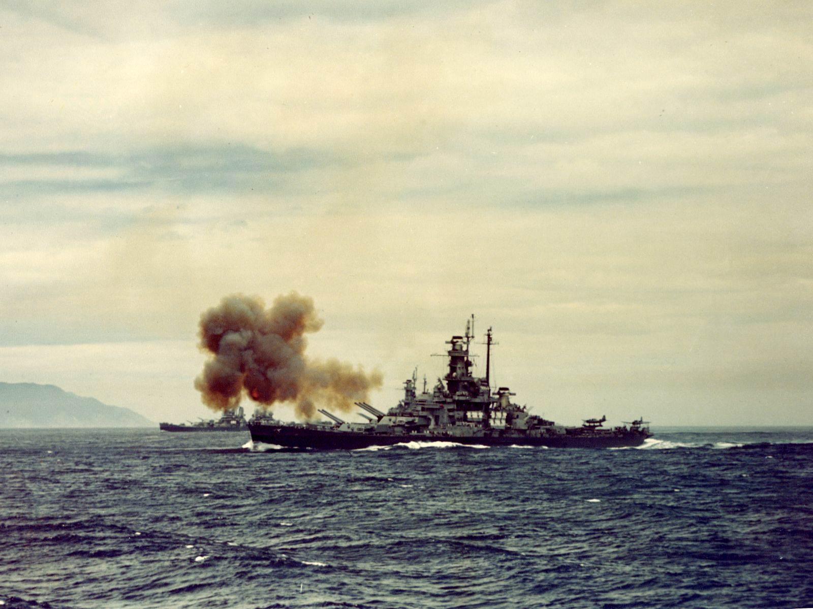 USS Indiana bombarding Kamaishi 14 July 1945 - Le USS Indiana fait feu sur une usine de Kamaishi, à 400km de Tokyo