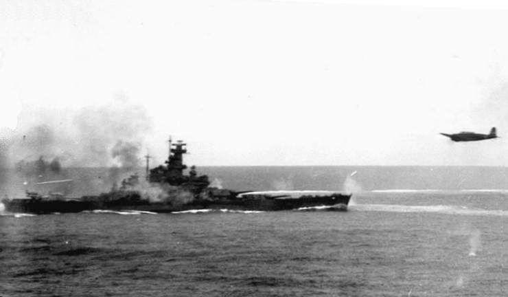 USS South Dakota and jap torpedo plane Bat Santa Cruz - Le USS South Dakota fait feu sur un avion Japonais (Type 97 Nakajima B5N2 torpedo plane) pendant la bataille de Santa Cruz le 26 octobre 1942