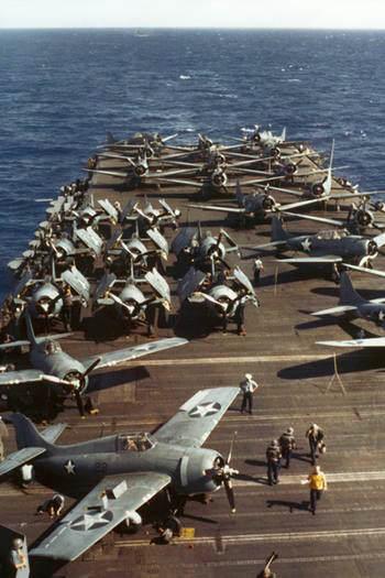 F4F Wasp 1942 - Des Grumman F4F Wildcat ainsi que des Douglas SBD Dauntless sur le USS Wasp en 1942.