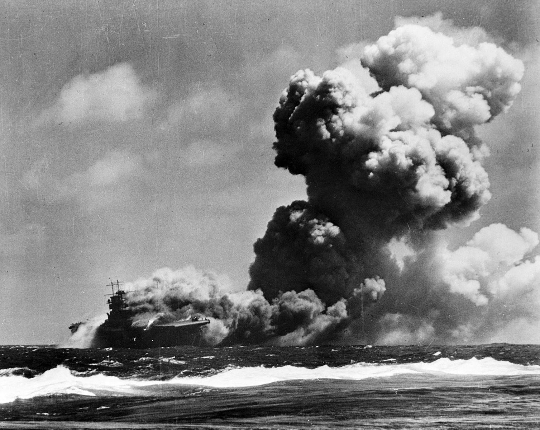 USS Wasp (CV 7) burning 15 Sep 1942 - Le 15 septembre 1942, le USS Wasp sombre après avoir reçu 3 torpilles du sous-marin Japonais I-19, près des îles Salomon