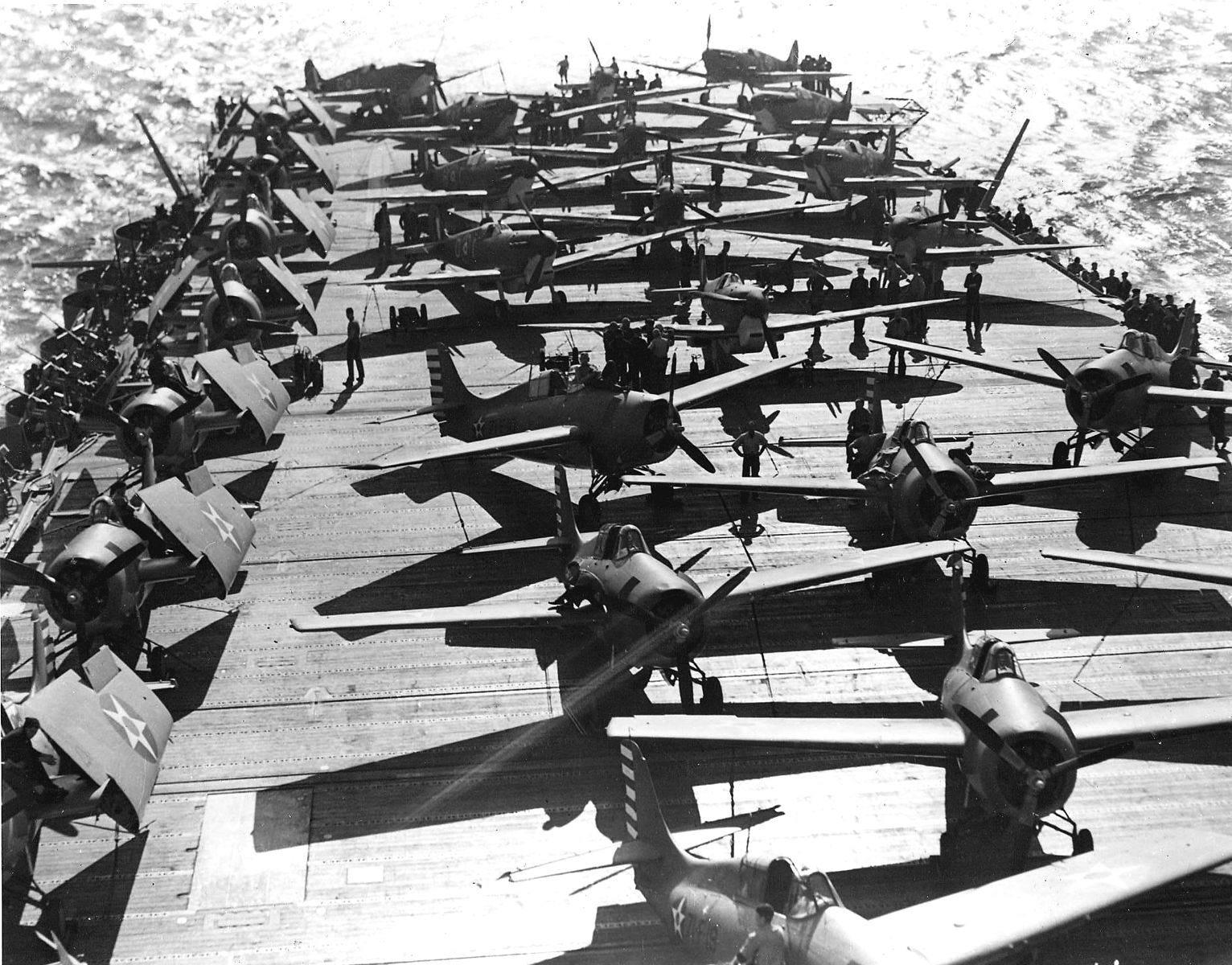 Wildcats and Spitfires on USS Wasp (CV 7) in April 1942 - Des F4F-4 Wildcat du Fighting Squadron 71 (VF-71) et des Supermarine Spitfire Mk.Vc de la RAF sur le porte-avions Wasp le 19 avril 1942