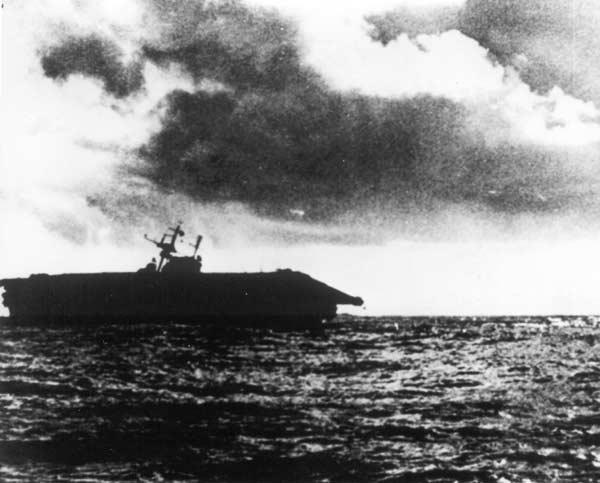 SantaCruzHornetSinking - Le USS Hornet sombre. Les membres d'équipage ont totallement évacué l'appareil à 17H le 26 octobre 1942.