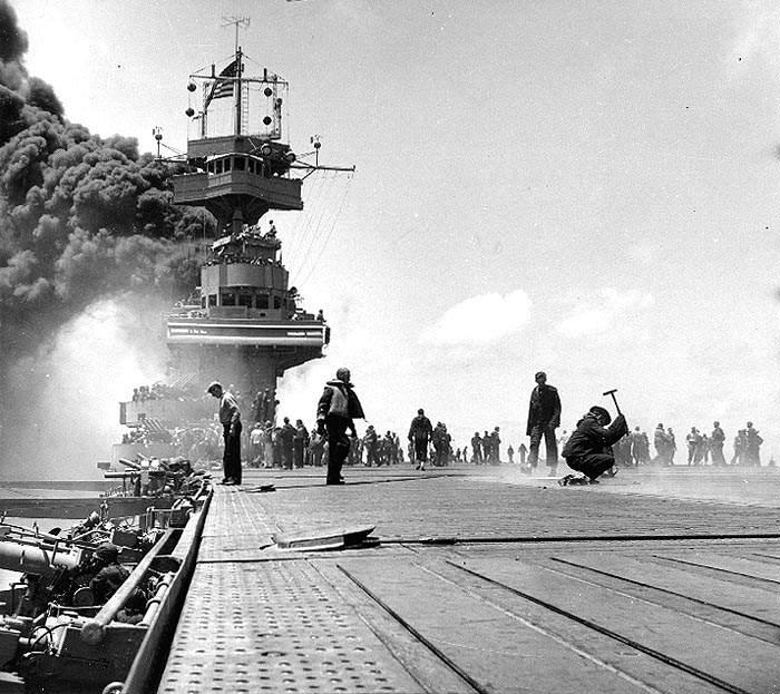 Yorktown dive bombing - Le USS Yortown touché par trois bombes Japonaises durant la bataille de Midway 4 juin 1942