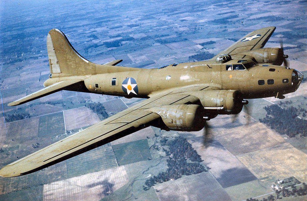 1024px Color Photographed B 17E in Flight - Un Boeing B-17E en vol, vers 1942