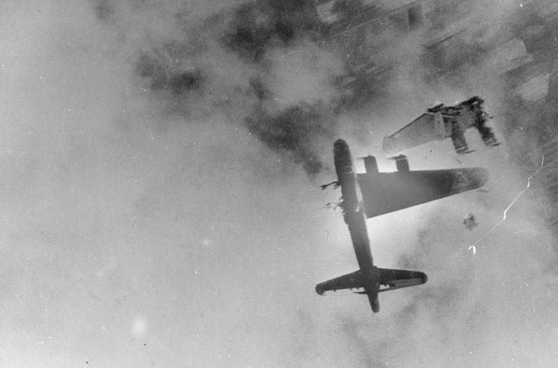 """800px B 17F Destroyed by Me 262 - Le Boeing B-17G """"Wee-Willie"""" (s/n 42-31333) du 323th squadron, 91st bombing group s'écrase après un coup direct de la Flak au dessus de Kranenburg le 10 avril 1945. Seul son pilote, le Lieutenant Robert E. Fuller, survivra"""