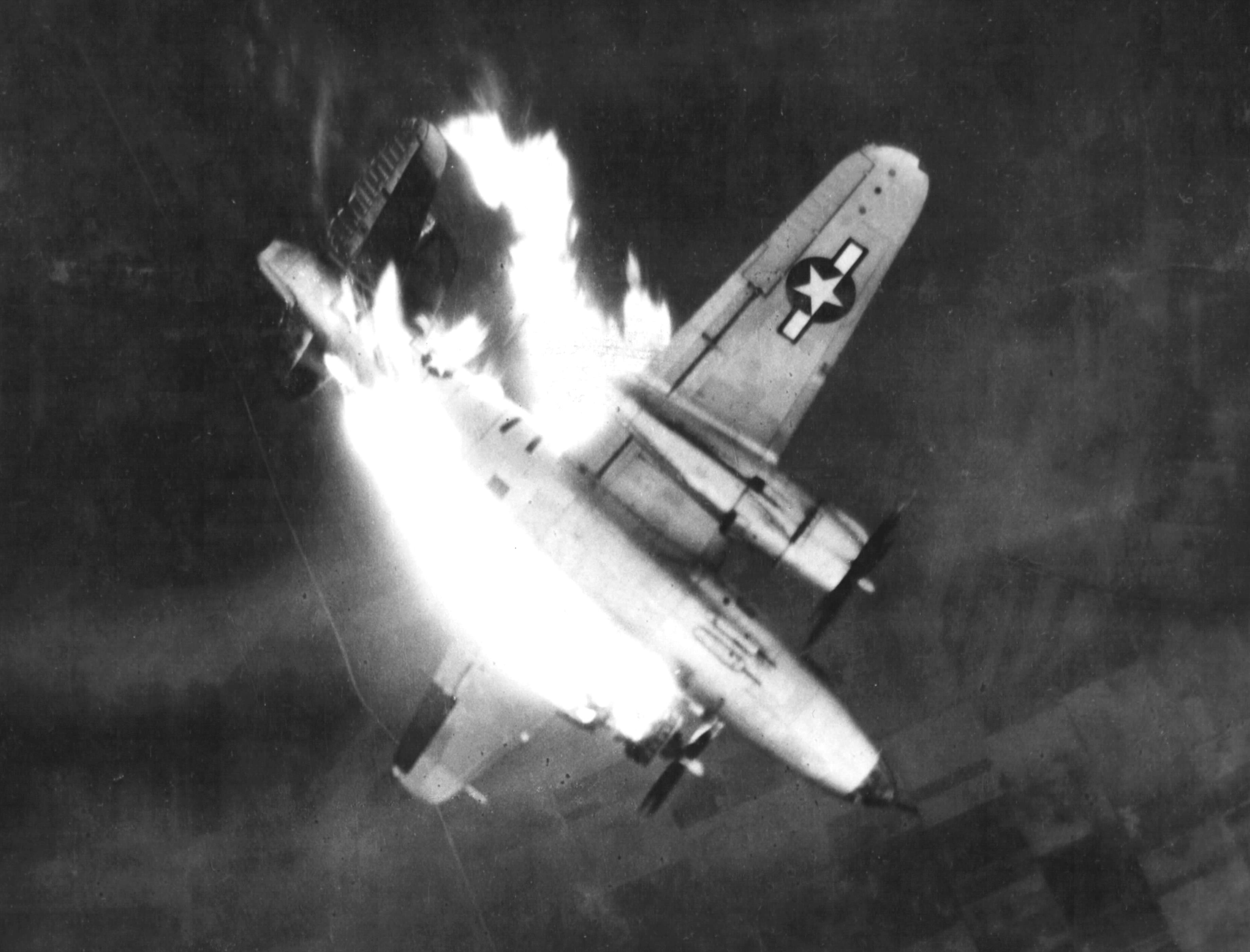 B 26 Marauder being shot down cph.3a45221 - Le B-26G-11-MA Marauder (s/n 43-34565) du 497th Bombardment Squadron, 344th Bombardment Group, 9th Air Force, en flammes après avoir reçu un coup direct par la Flak. Mission de bombardement des lignes de communication ennemies à Erkelenz, Allemagne