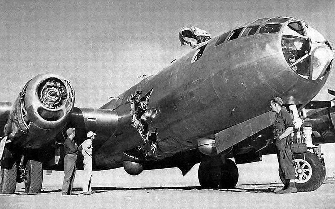 50b6b5542a5b3 - Cet autre B-29 a également perdu une hélice en vol, qui arracha une partie du fuselage. Le pilote fit un atterrissage d'urgence et percuta un autre avion (ce qui explique les dégâts visibles sur le nez de l'avion et le haut de la tourelle)