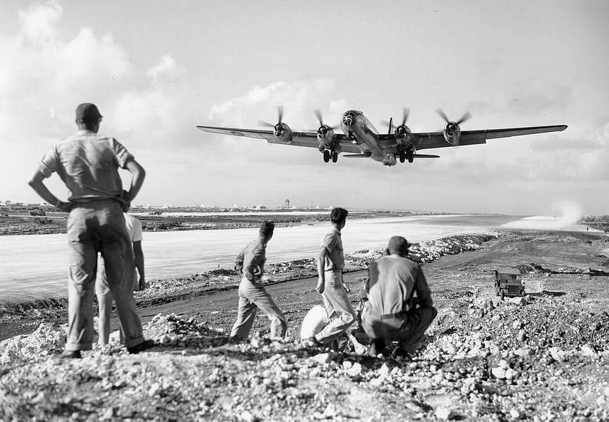 50b6b65bf0932 - Un B-29 décolle à Saipan, en décembre 1944