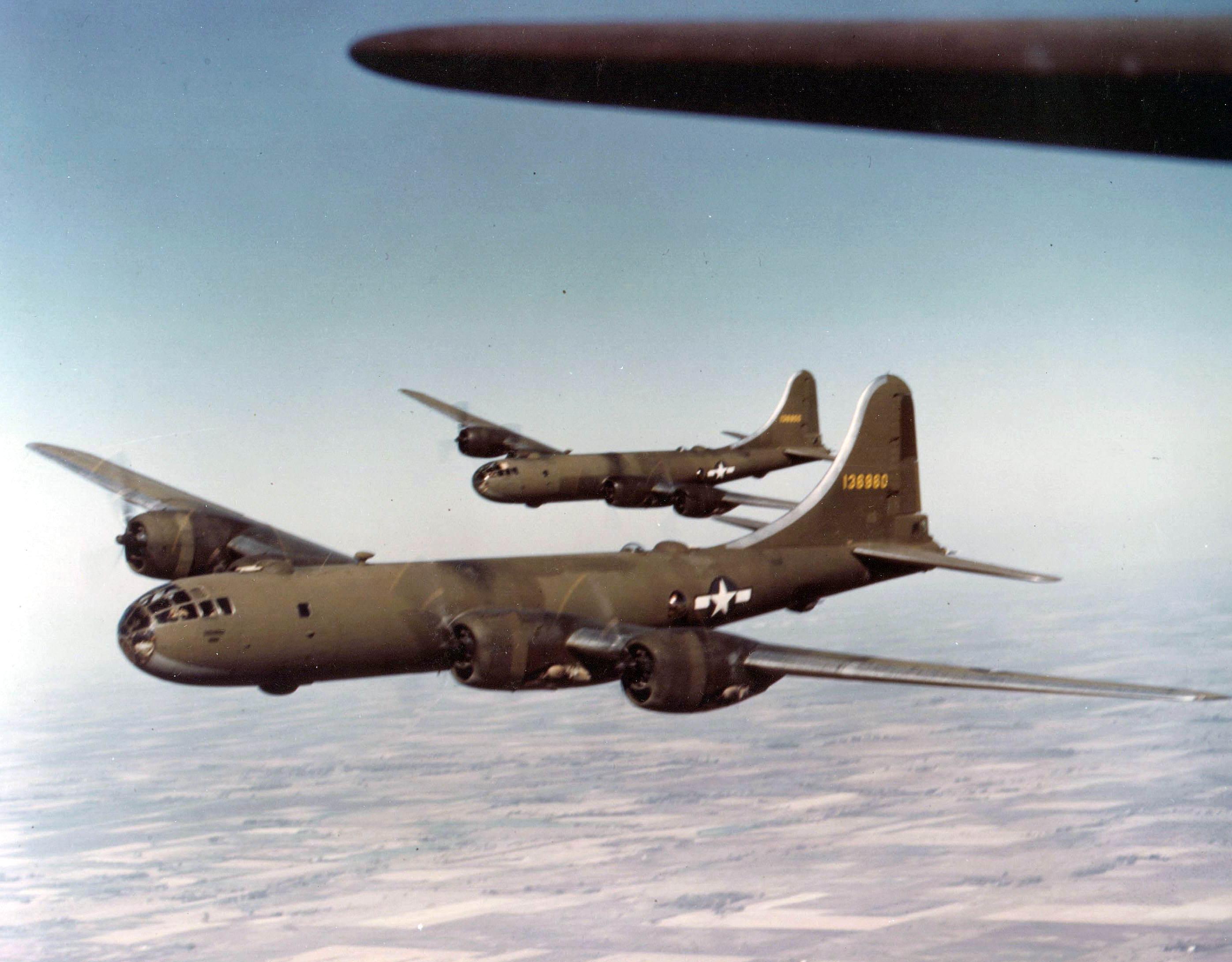 Olive drab painted B 29 superfortress - Une photo rare de deux B-29 aux couleurs Olivre Drab.