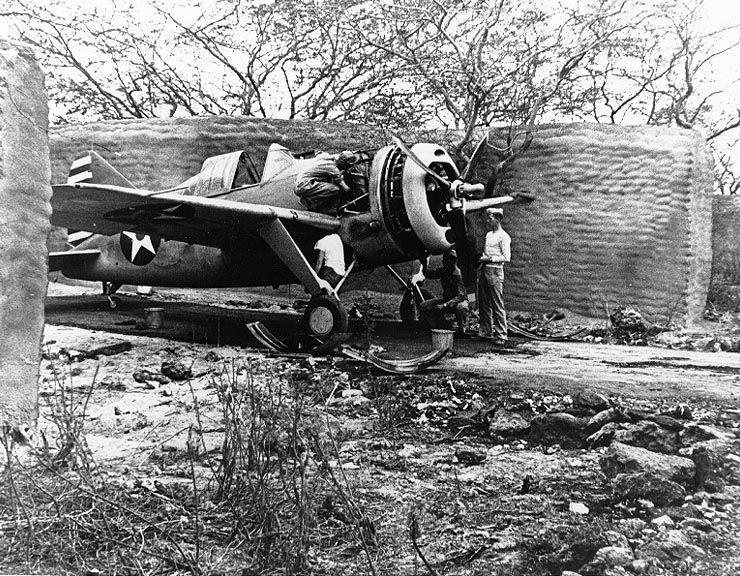 Brewster F2A 3 Buffalo fighter g271041 - Maintenance à l'abris d'un F2A-3 Buffalo du Marine Fighting Squadron 212 (VMF-212) à Hawaï le 25 avril 1942