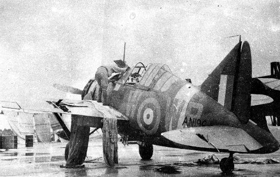 RAF F2A Buffalo - L'appareil endommagé du du Flying Officer Maurice Holder du 243 Squadron RAF. Sévèrement endommagé par des tirs au sol, il sera abandonné à la base RAF  de Kota Bharu avant l'arrivée des Japonnais