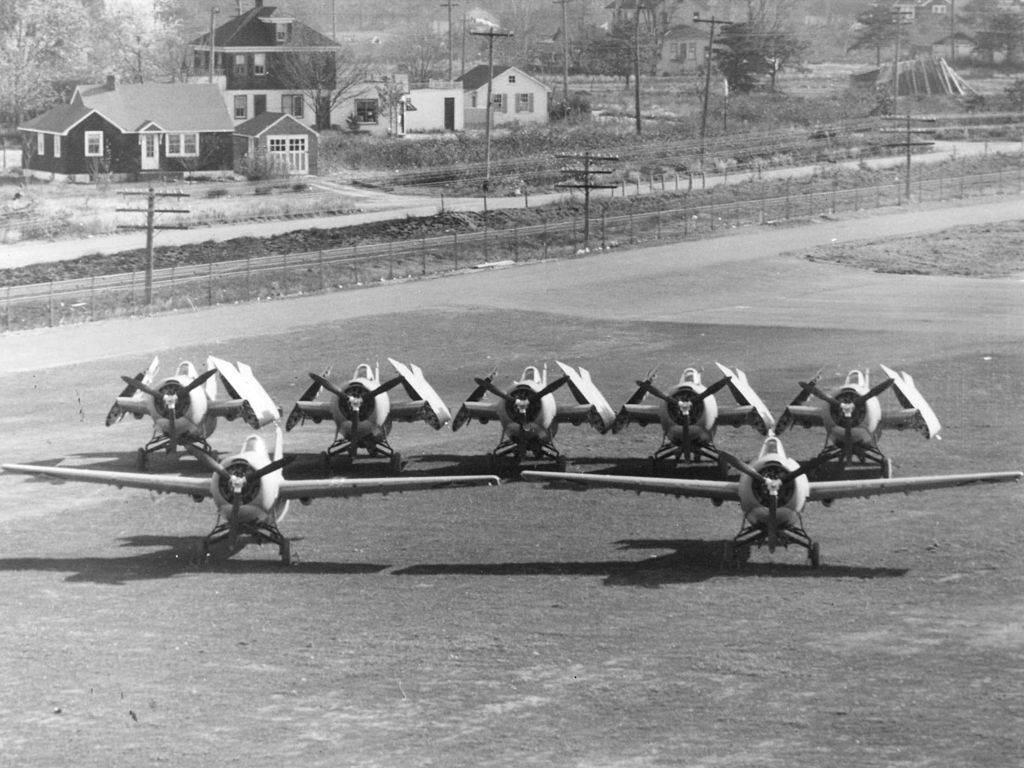 Comparison of F4F Wildcats with and without folded wings c1942 - Une fois les ailes pliées, l'avion prenait moins de place