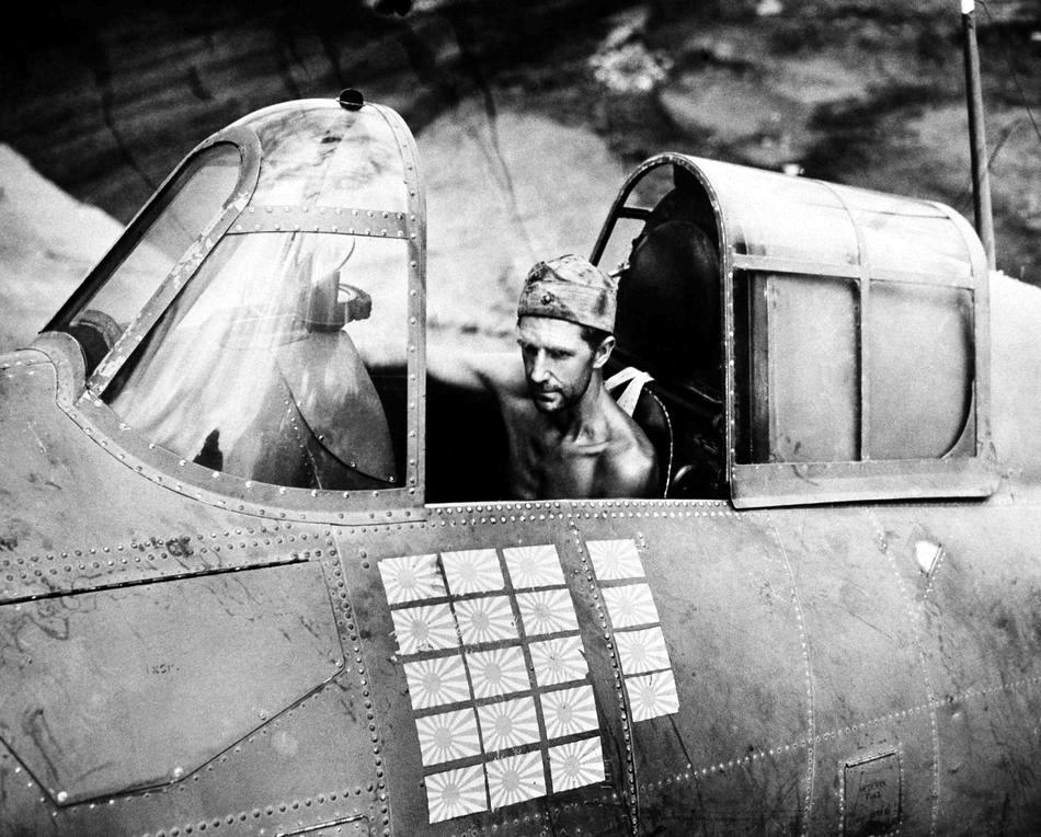 F4F Wildcat 3 - Un mecanicien dans un F4F Wildcat à Guadalcanal en 1943