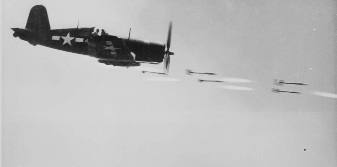 Ww2 157 - Un F4U Corsair fait feu sur une position japonaise à Okinawa