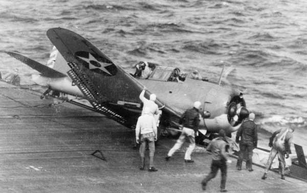 Douglas SBD Dauntless Crash - Douglas SBD-2/3 Dauntless de la Navy (bombing squadron VB-6) crashé sur le côté de l'USS Enterprise (CV-6) après une opération dans le pacifique, début 1942