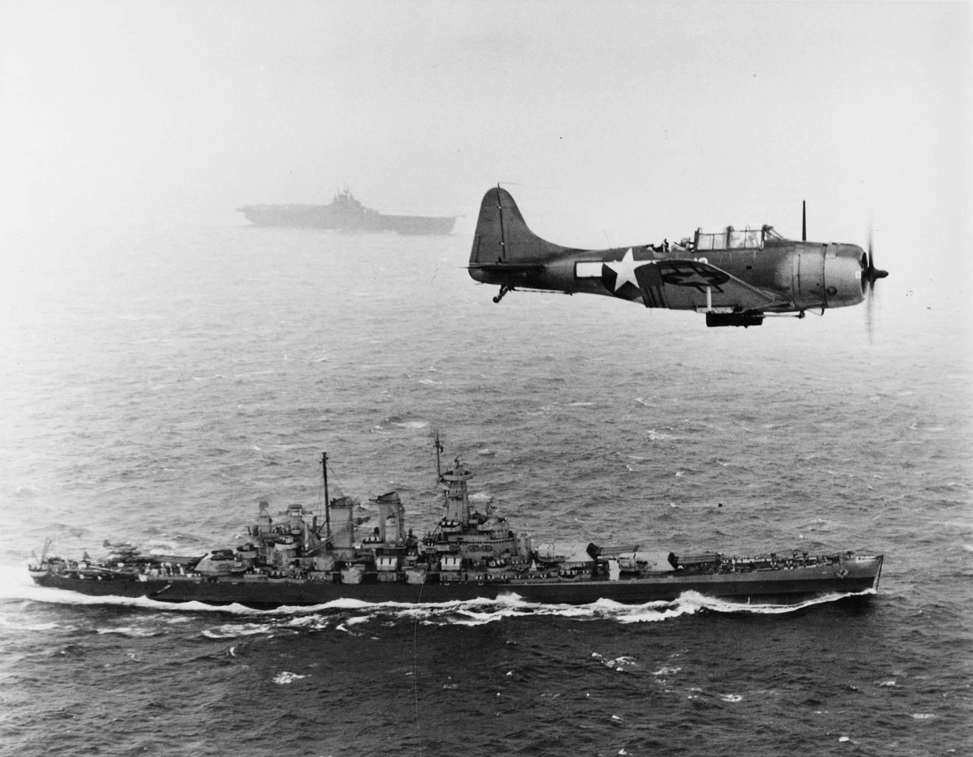 douglas sbd 5 dauntless over uss washington - Un Douglas SBD-5 Dauntless passe au dessus de l'USS Washington