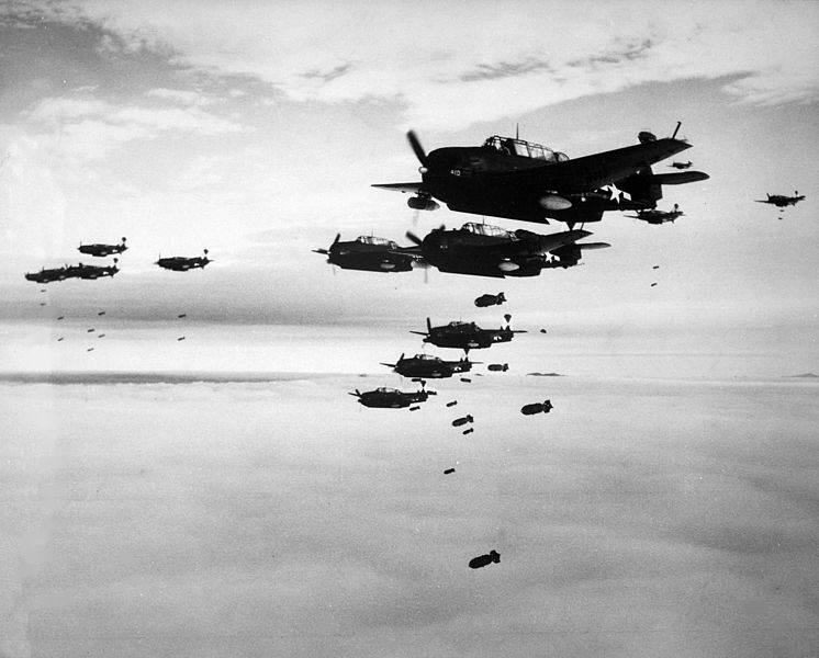 746px TBMs and SB2Cs dropping bombs - Un groupe de TBM-3 Avenger et de Curtiss SB2C Helldiver, assignés au Carrier Air Group 83 (CVG-83) sur le USS Essex (CV-9) larguent leurs bombes sur Hakodate (Japon) en Juillet 1945