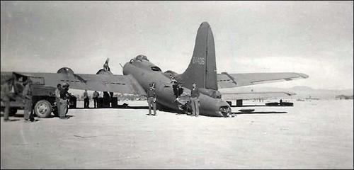 Le B-17F All American III en vol puis posé après une collision en vol avec un Me-109 au dessus de Tunis. Il s'est posé sans heurt à la base de Biskra, Algérie.
