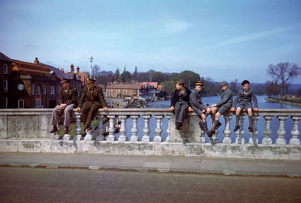 d day color 03 - Printemps 1944, militaires et civiles profitent du temps sur le Henley Bridge (Henley-on-Thame)