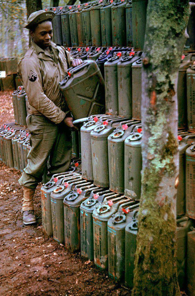 d day color 04 - Un caporal prépare les Jerrycans d'essence en vue du débarquement, à Stratford-upon-Avon en mai 1944