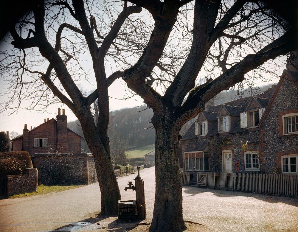 d day color 05 - La place d'un petit village Anglais, au printemps 1944