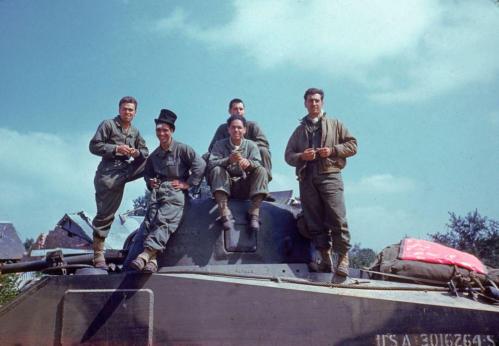 d day color 09 - L'équipage d'un Sherman prend l'air sur la route d'Avranches en été 1944
