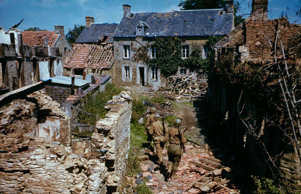 d day color 10 - Des soldats avancent dans les ruines peu après le DDAY