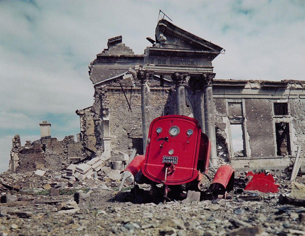 d day color 11 - Des restes d'un container anti-incendie en face du Palais de Justice de Saint-Lô en 1944