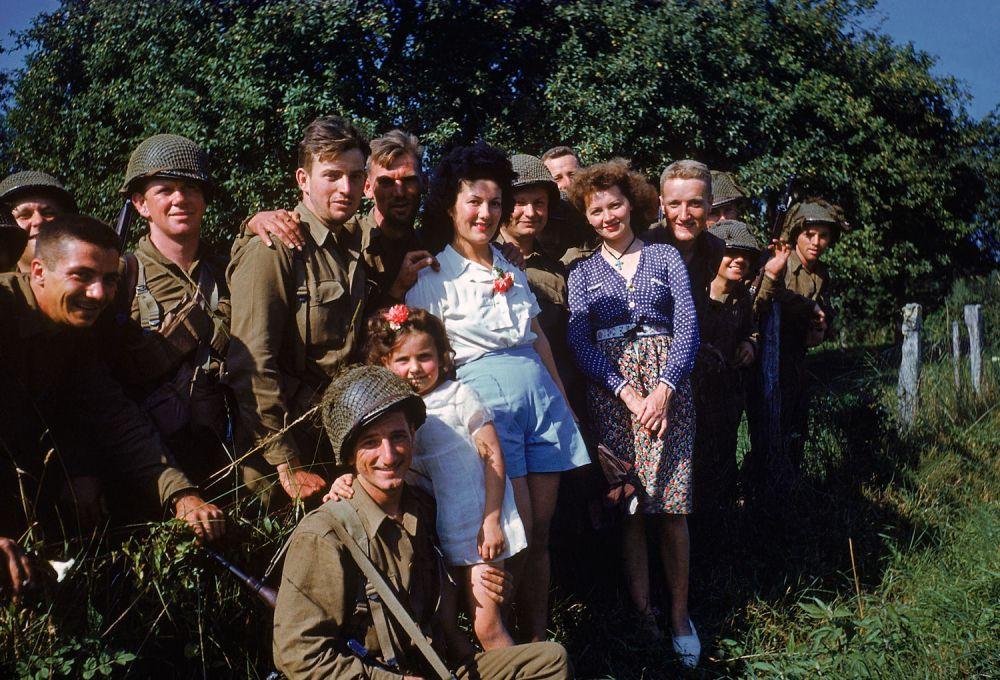 d day color 12 - Des soldats américains accueillis par la population