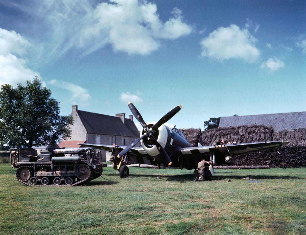 d day color 15 - Maintenance en cours d'un P-47 Thunderbolt en campagne Française, été 1944