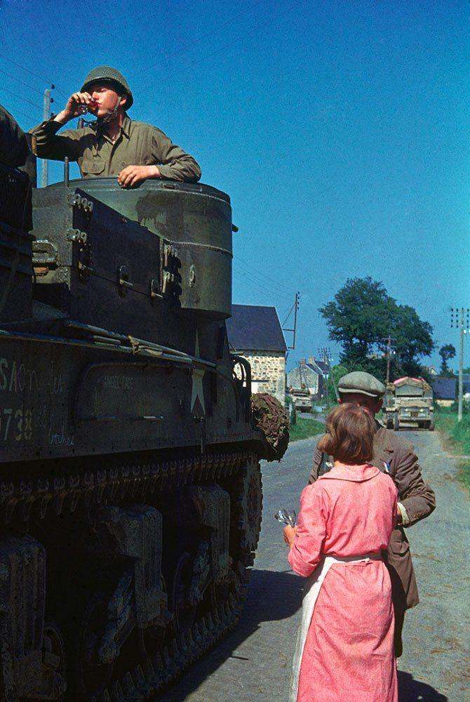 d day color 16 - Un couple Français partage un verre de Cognac avec un équipage de char, dans le Nord