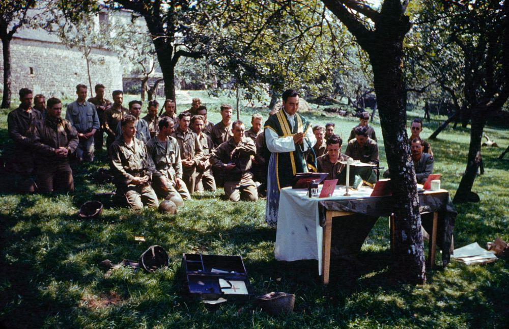 d day color 18 - Service catholique à l'ombre des arbres en France, été 1944
