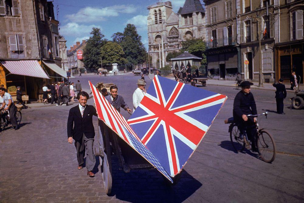 d day color 20 - Des Français transportent des drapeaux Américains et Britanniques peints à la main pour les célébrations au printemps 1944