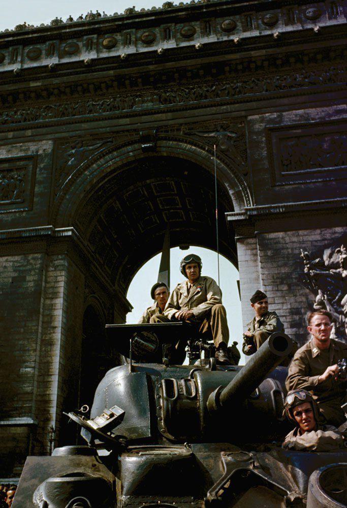 d day color 21 - Un équipage de char sous l'Arc de Triomphe, juste après la libération de Paris en août 1944