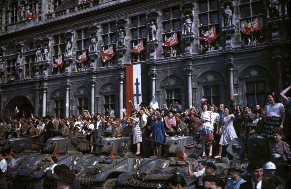 d day color 22 - Des chars Français et la population reconnaissante juste après la libération de Paris en août 1944